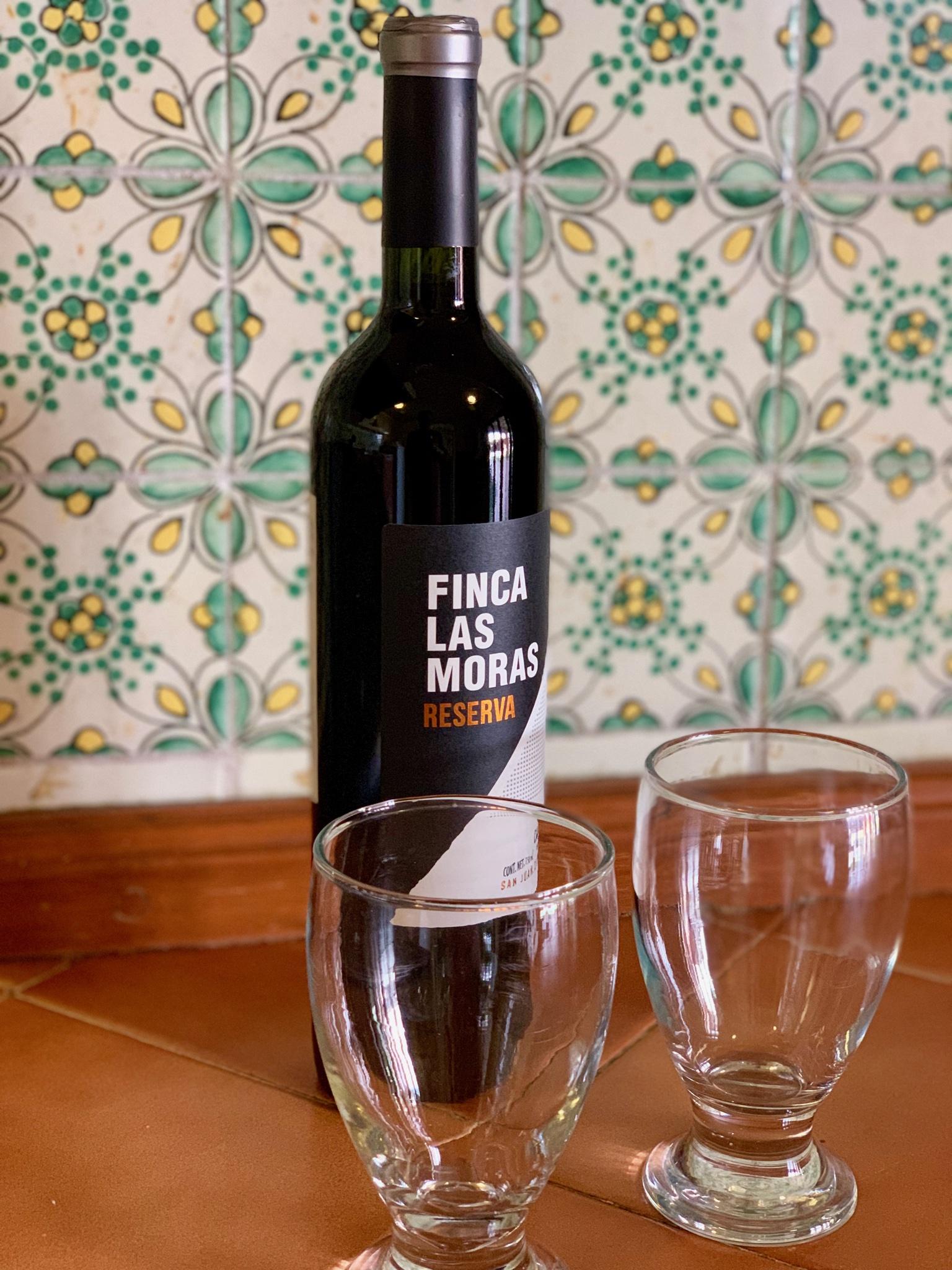 Botella de vino y dos copas